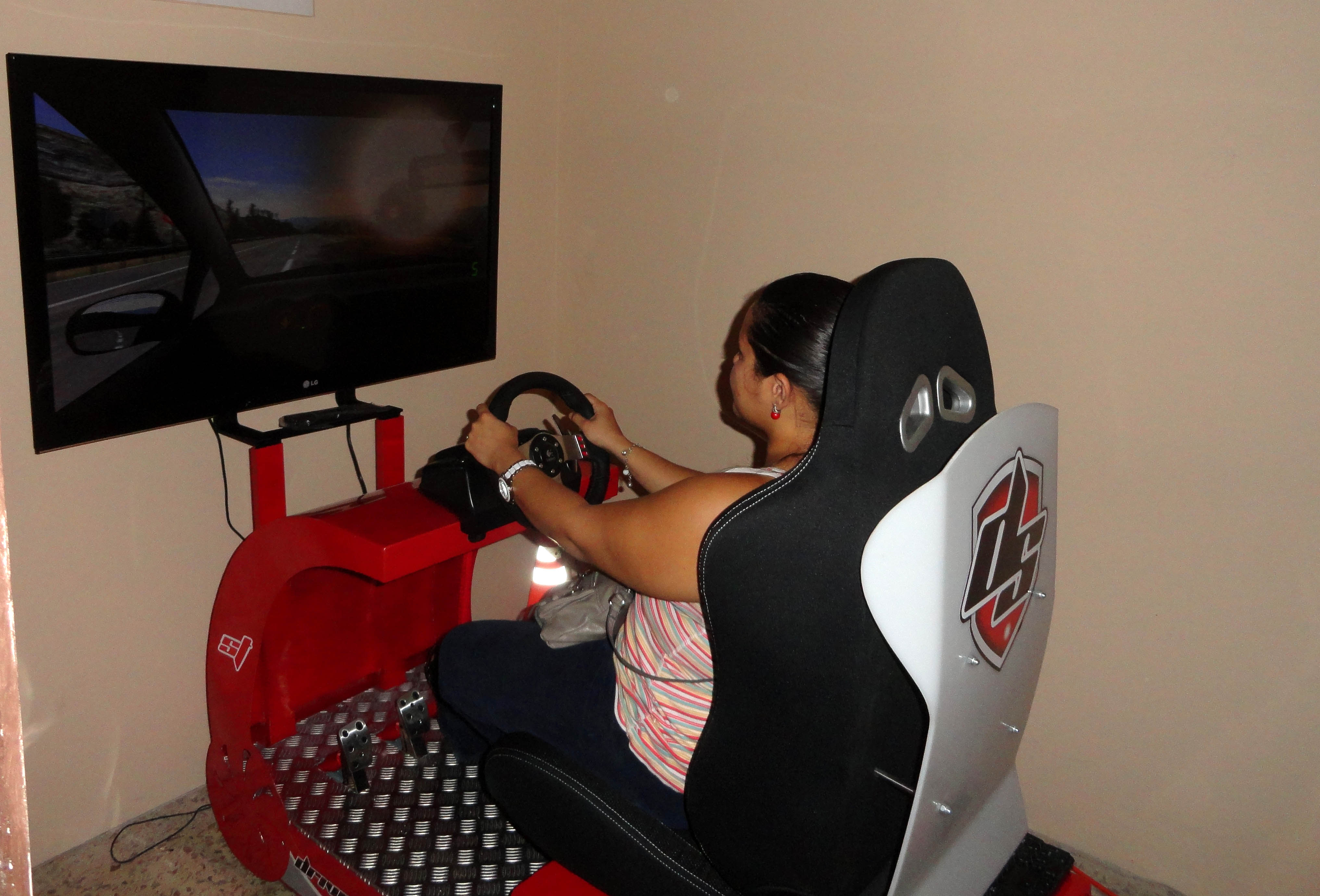 Simulador de conducción en la Autoescuela González Honduras